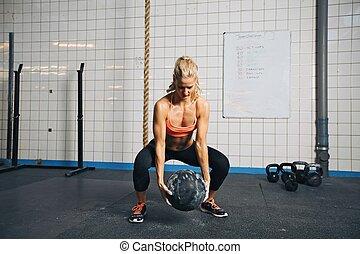 kobieta, crossfit, piłka, trening, sala gimnastyczna, medycyna