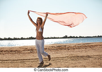 kobieta dzierżawa, szalik, plaża, szczęśliwy, młody