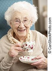kobieta, filiżanka, herbata, dom, senior, cieszący się
