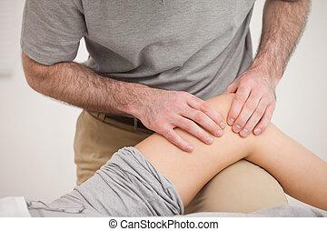 kobieta, fizykoterapeuta, kolano, masowanie