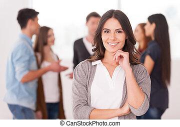kobieta, grupa, dzierżawa, komunikowanie, ludzie, młody, ręka, zaufany, znowu, podbródek, ona, tło, drużyna, leader., uśmiechanie się