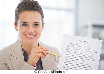 kobieta handlowa, pokaz, porozumienie, portret, szczęśliwy