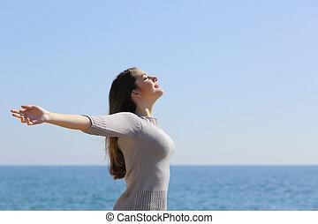 kobieta, herb, głęboki, powietrze, dychając, świeży, plaża, wychowywanie, szczęśliwy