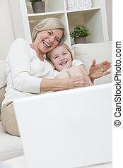 kobieta, jej, laptop, wnuczka, młody, babcia, komputer, śmiejące dziecko, zabawa, dom, senior, posiadanie