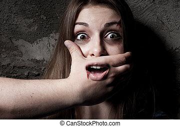 kobieta, jej, przykrycie, no!, młody, aparat fotograficzny, usta, przerażony, ręka, gapiowski