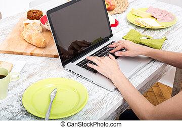 kobieta, laptop, młody, znowu, komputer, używając, śniadanie, posiadanie