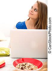 kobieta, laptop, po, młody, komputer, używając, śniadanie, posiadanie