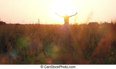 kobieta, natura, słoma, młody, światło słoneczne, pole, cieszący się