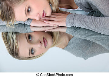 kobieta, odbicie, jej, patrząc, lustro, blondynka