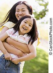 kobieta, outdoors, młody, obejmowanie, uśmiechnięta dziewczyna