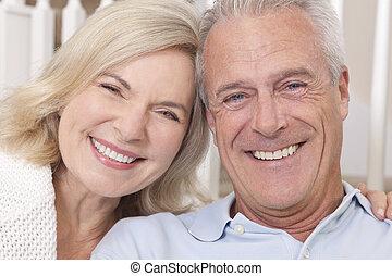 kobieta, &, para, dom, starszy człowiek, uśmiechnięty szczęśliwy