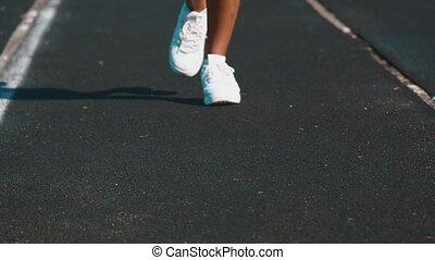 kobieta, pasaż, sportowy, młody, ślad, wyścigi, sneakers, stadium., biały, sport.