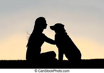 kobieta, petting, posiedzenie, pies, zewnątrz, sylwetka