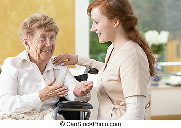 kobieta, pielęgnacja, dom, starszy, mówiąc, uśmiechanie się, caregiver, przyjacielski
