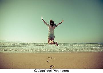 kobieta, plaża, skokowy, szczęśliwy