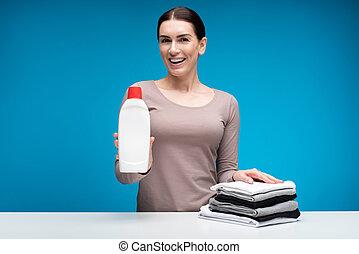 kobieta, pokaz, po, uszczęśliwiony, środek czyszczący, używając, odzież