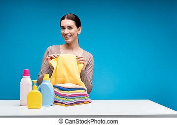 kobieta, pokaz, radosny, środki czyszczący, czysty, stół, odzież