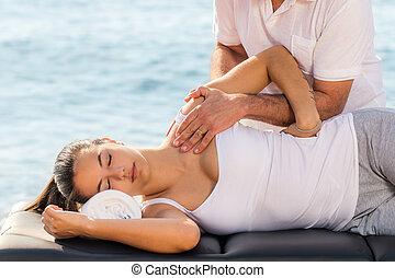 kobieta, posiadanie, outdoors., traktowanie, osteopathic