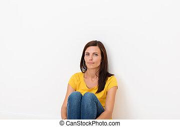 kobieta posiedzenie, ściana, podłoga, przeciw, nachylenie