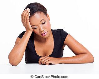 kobieta posiedzenie, afrykanin, smutny, amerykanka, biurko