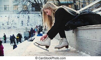 kobieta, przed, jej, łyżwy, pieszy, figura, blond, krawat, włos do góry, ślizgawka, młody, poza