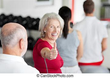 kobieta, rodzina, posiedzenie, sala gimnastyczna, do góry, znak, kciuki, gesturing