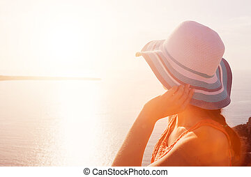 kobieta, słońce, santorini, morze, grecja, prospekt., cieszący się, kapelusz, szczęśliwy