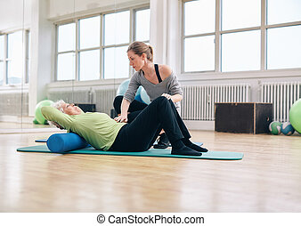 kobieta, sala gimnastyczna, porcja, starszy, terapeuta, fizyczny