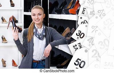 kobieta, sprzedaż, ręka, chooses, pompy, bucik, szykowny