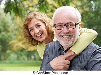 kobieta, starszy, obejmowanie, uśmiechnięty człowiek, szczęśliwy