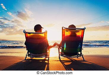 kobieta, stary, oglądając, para, posiedzenie, zachód słońca, senior, plaża, człowiek