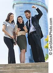 kobieta, tabliczka, handlowy komputer, człowiek, drużyna, miasto, używając