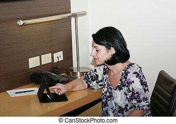 kobieta, tabliczka, handlowy, posiedzenie, biuro, komputer, używając, jej