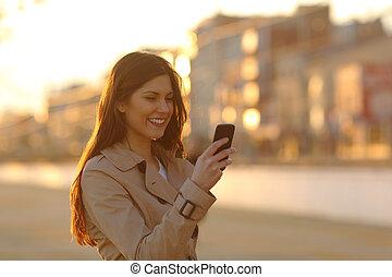 kobieta, telefon, ulica, zachód słońca, używając, mądry