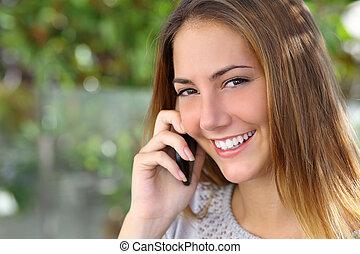 kobieta, uśmiech, mówiąc, ruchomy, doskonały, telefon, piękny, biały
