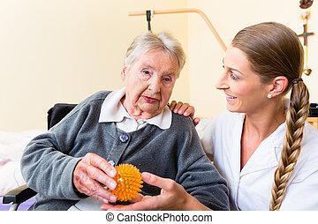 kobieta, udzielanie, terapia, pielęgnować, senior, fizyczny