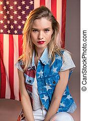 kobieta, usa bandera, młody, kaukaski, patrząc, aparat fotograficzny, przód, ameryka, dzień, niezależność
