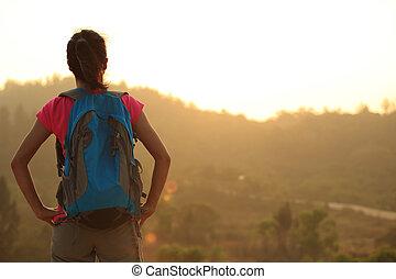 kobieta, wycieczkowicz, cieszyć się, młody, prospekt