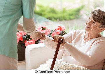 kobieta, zdobywać, sofa, doktor, do góry, starszy, choroba, porcja, łatwość, parkinson's, rehabilitacja