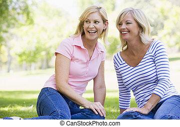 kobiety, uśmiechanie się, outdoors, dwa, posiedzenie
