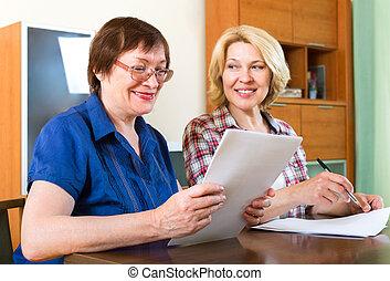 kobiety, znaczący kontrakt, starszy
