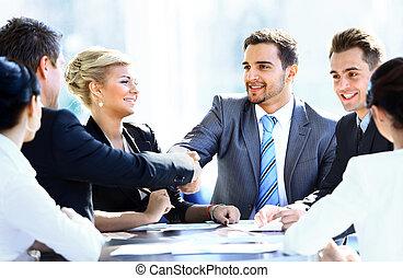 koledzy, handlowy, posiedzenie, spotkanie stół, dwa ręki, podczas, samiec, potrząsanie, egzekutorzy