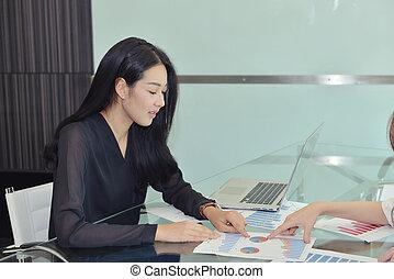 kolega, kobieta, dyskutując, asian handlowy