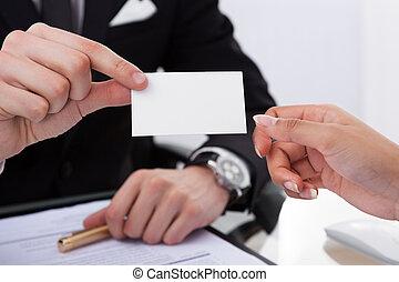 kolega, udzielanie, karta, handlowy, biznesmen