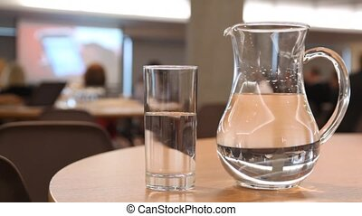 konferencja, filiżanka, jakiś, dzban, woda, stać, stół, hala, wypełniony