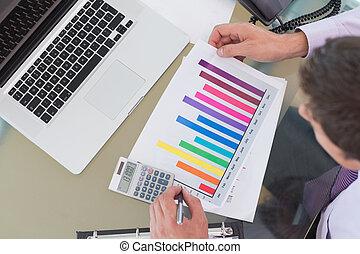 laptop, biurko, wykres, biznesmen, biuro