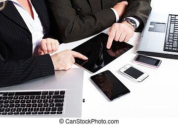 laptop., grupa, pracujący, handlowy zaludniają