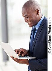 laptop, młody, biznesmen, amerykanka, komputer, afrykanin, używając