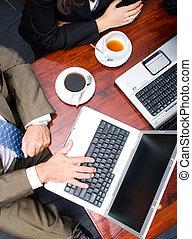 laptopy, używając, dwa ludzi
