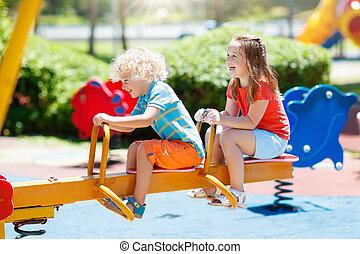 lato, gra, dzieciaki, park., playground., dzieci